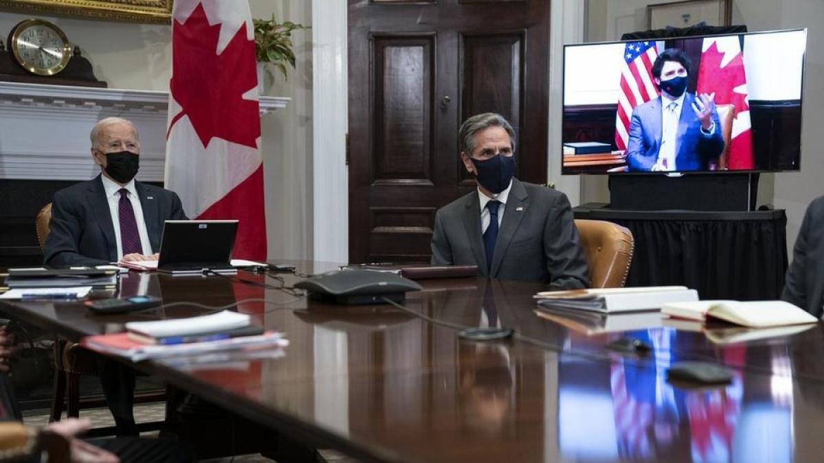Tổng thống Mỹ Joe Biden và Ngoại trưởng Antony Blinken lắng nghe phát biểu của Thủ tướng Canada Justin Trudeau trong một cuộc họp trực tuyến ngày 23/2/2021. Ảnh: AP
