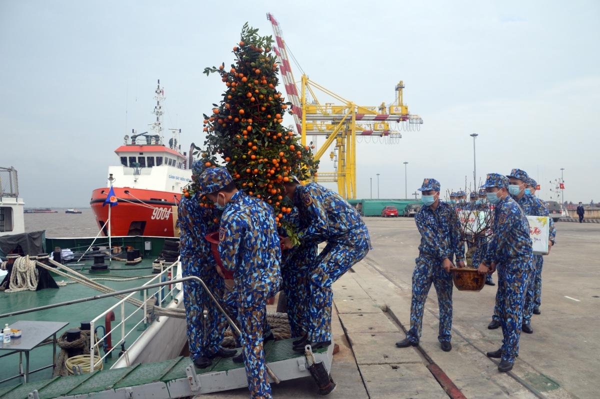 Cán bộ chiến sĩ tàu CSB8003 vận chuyển hàng hóa xuống tàu đi trực Tết.