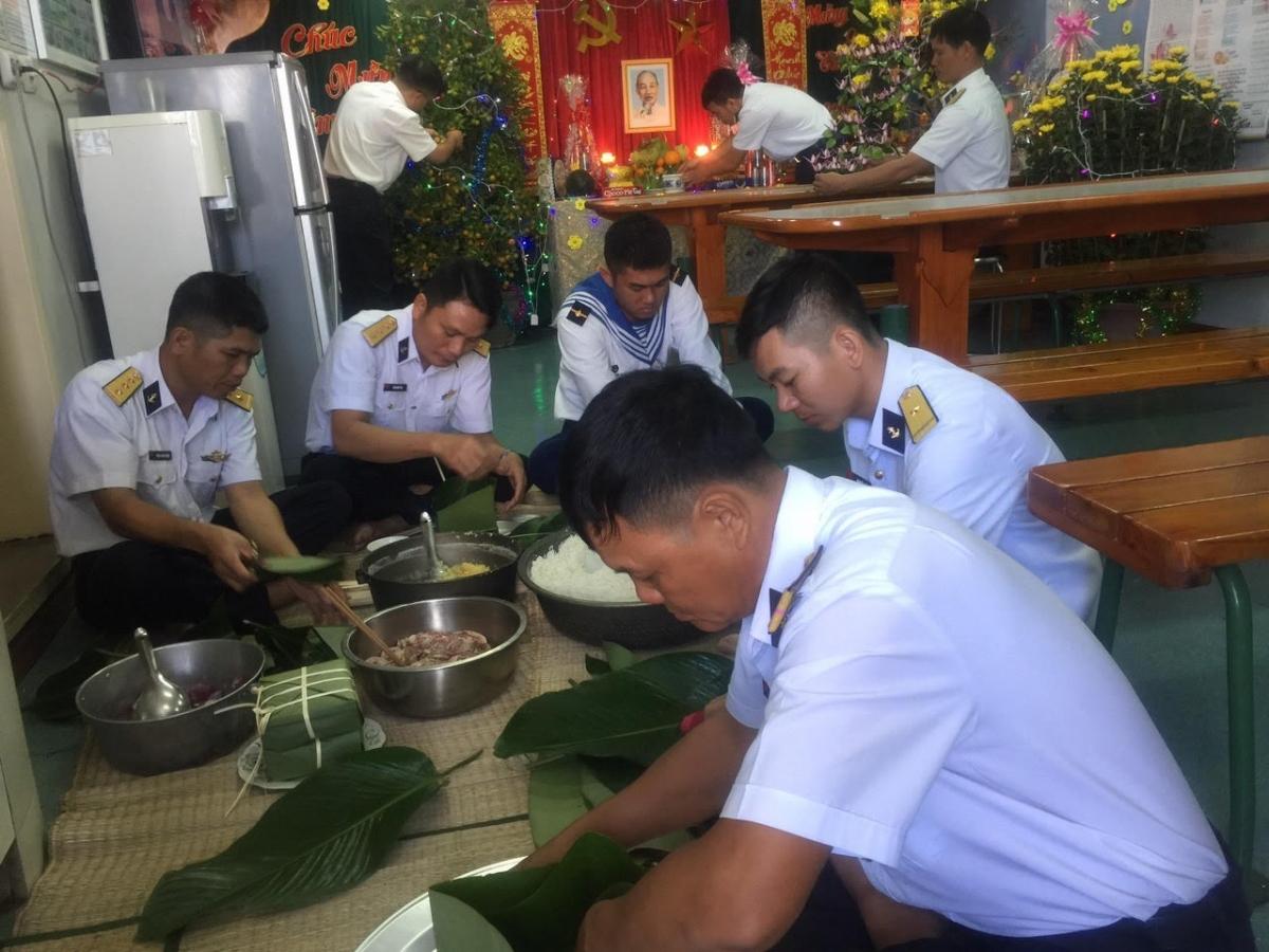 Cán bộ chiến sĩ tàu Trường Sa 14 gói bánh chưng đón Tết
