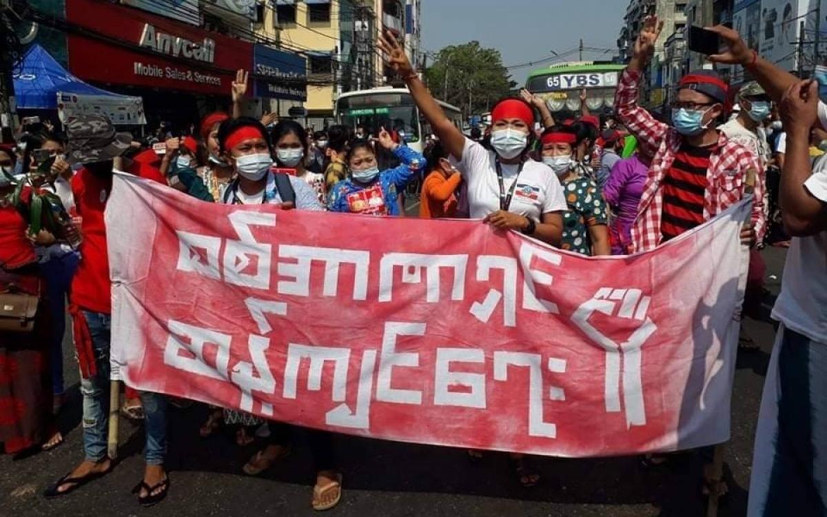 Người biểu tình xuống đường ở thành phố Yangon, phản đối đảo chính quân sự. (Ảnh: Twitter)