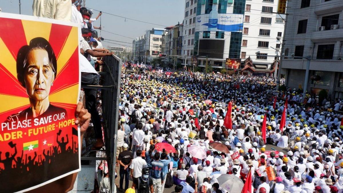 Người biểu tình ở Mandalay. Ảnh: BBC.