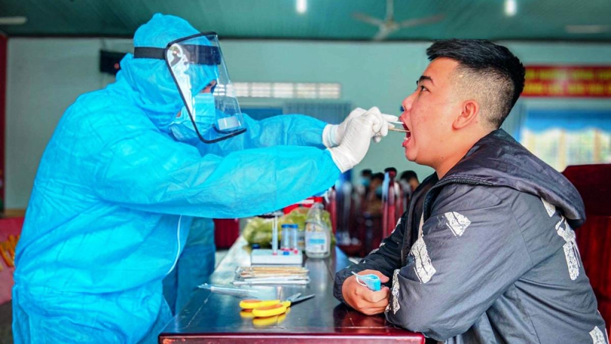 Thanh niên chuẩn bị nhập ngũ được lấy mẫu xét nghiệm SARS-CoV-2. (Ảnh: CDC BD)