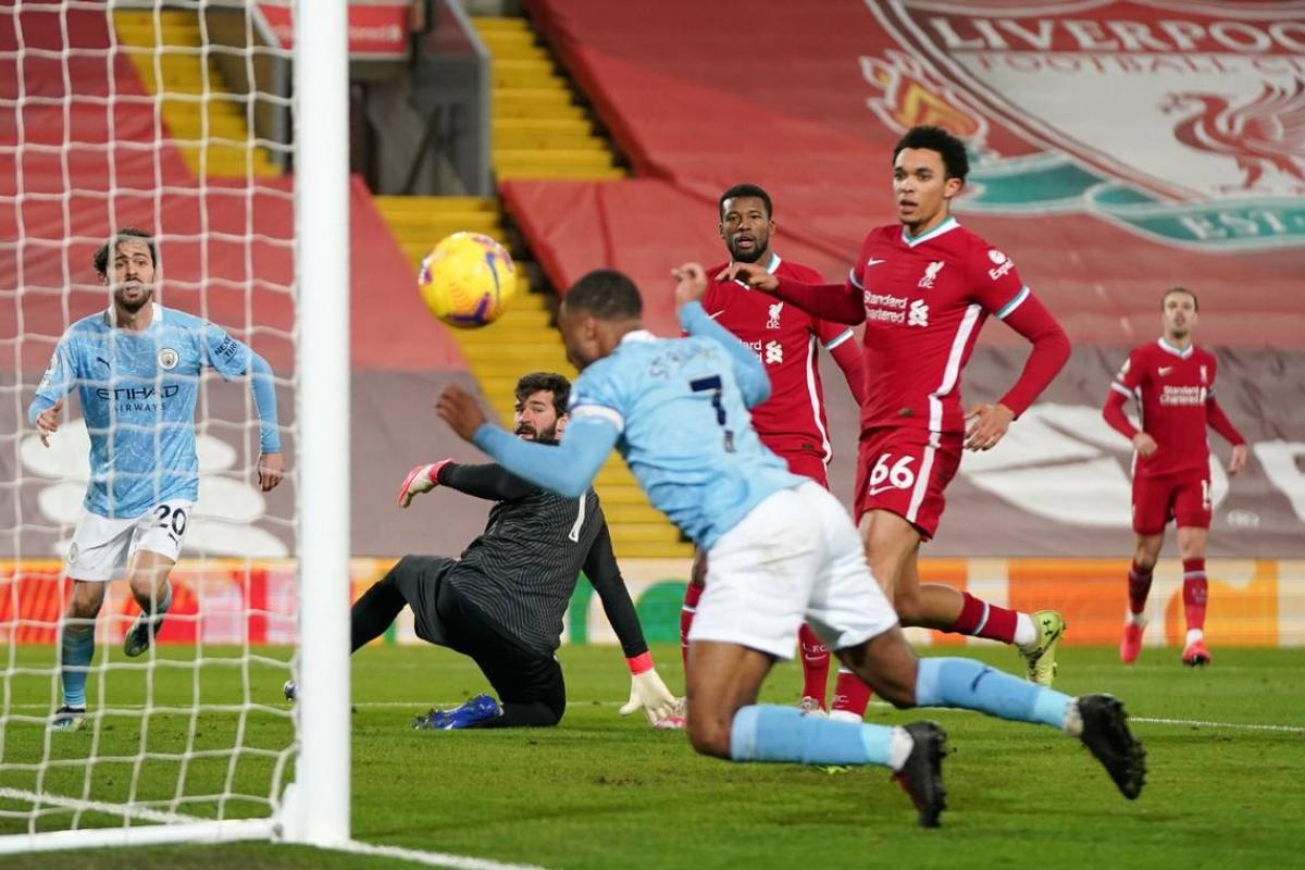 Thủ môn người Brazil lập lại sai lầm tương tự và Raheem Sterling ghi bàn nâng tỷ số lên 3-1 cho Man City ở phút 76.