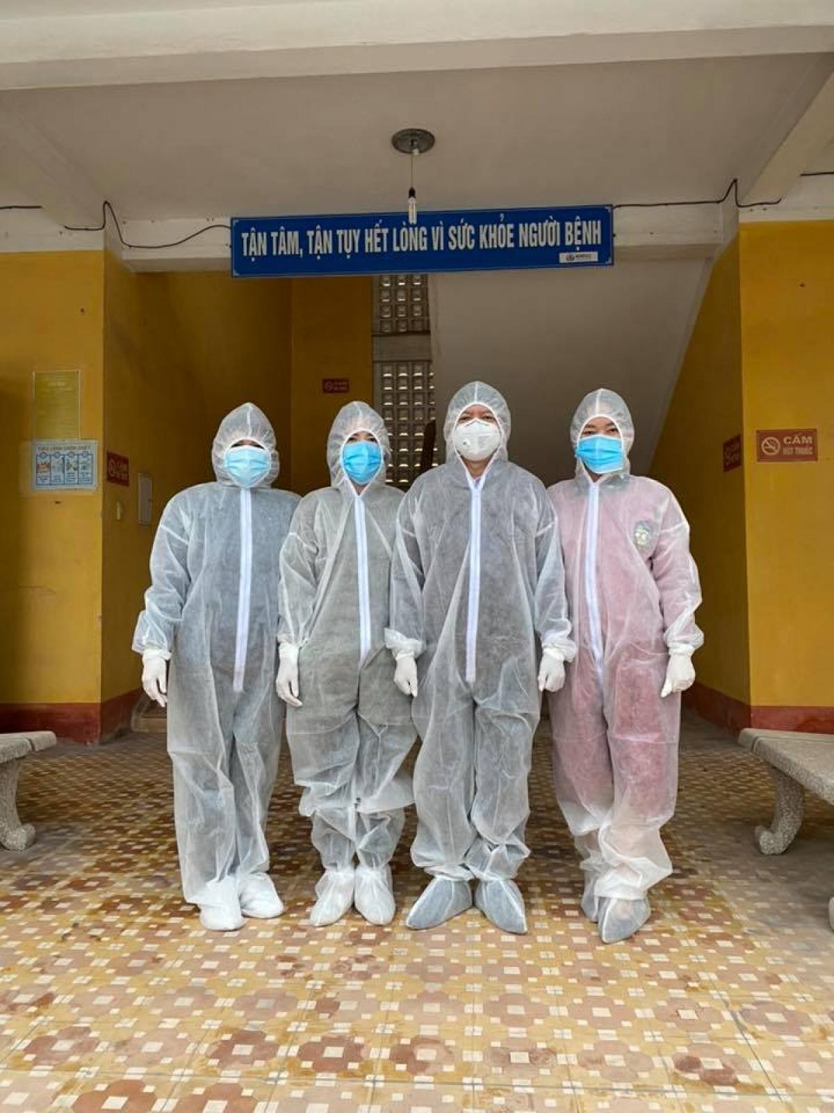 BS Nguyễn Trọng Khoa cùng các nhân viên y tế tại tuyến đầu chống dịch. (Ảnh: FBNV)