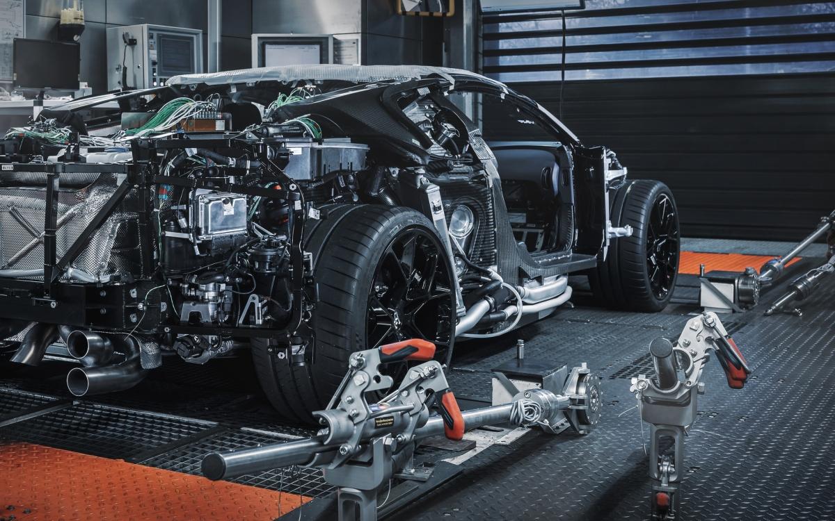 Bugatti đã ra mắt mẫu siêu xe Centodieci nhằm kỷ niệm sinh nhật lần thứ 110 của hãng xe cũng như gửi lời tri ân đến mẫu xe thể thao đã hồi sinh thương hiệu vào năm 1991 – EB 110. Chiếc xe được phát triển dựa trên nền tảng của Chiron nhưng lại mang những thiết kế đặc trưng của EB 110, EB 110 SS cùng sức mạnh mới.