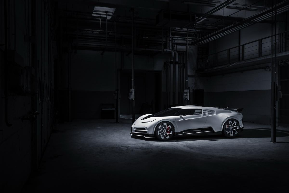 Sức mạnh này vẫn sẽ được gửi tới bánh xe thông qua hộp số ly hợp kép 7 cấp. Với 1.574 mã lực, Bugatti Centodieci có khả năng tăng tốc lên 100 km/h trong 2,4 giây, 0 – 200 km/h trong 6,1 giây và đạt 300 km/h chỉ trong 13,1 giây. Tốc độ tối đa của xe được giới hạn điện tử ở mức 380 km/h.