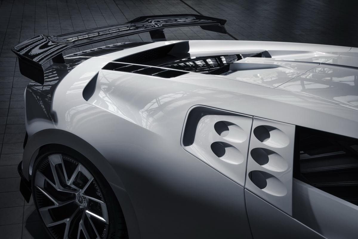Bugatti Centodieci vẫn được trang bị động cơ W16 8.0 lít đặc trưng với bốn bộ tăng áp của Bugatti, tuy nhiên, khối động cơ này đã được nâng cấp cho ra công suất lớn hơn.