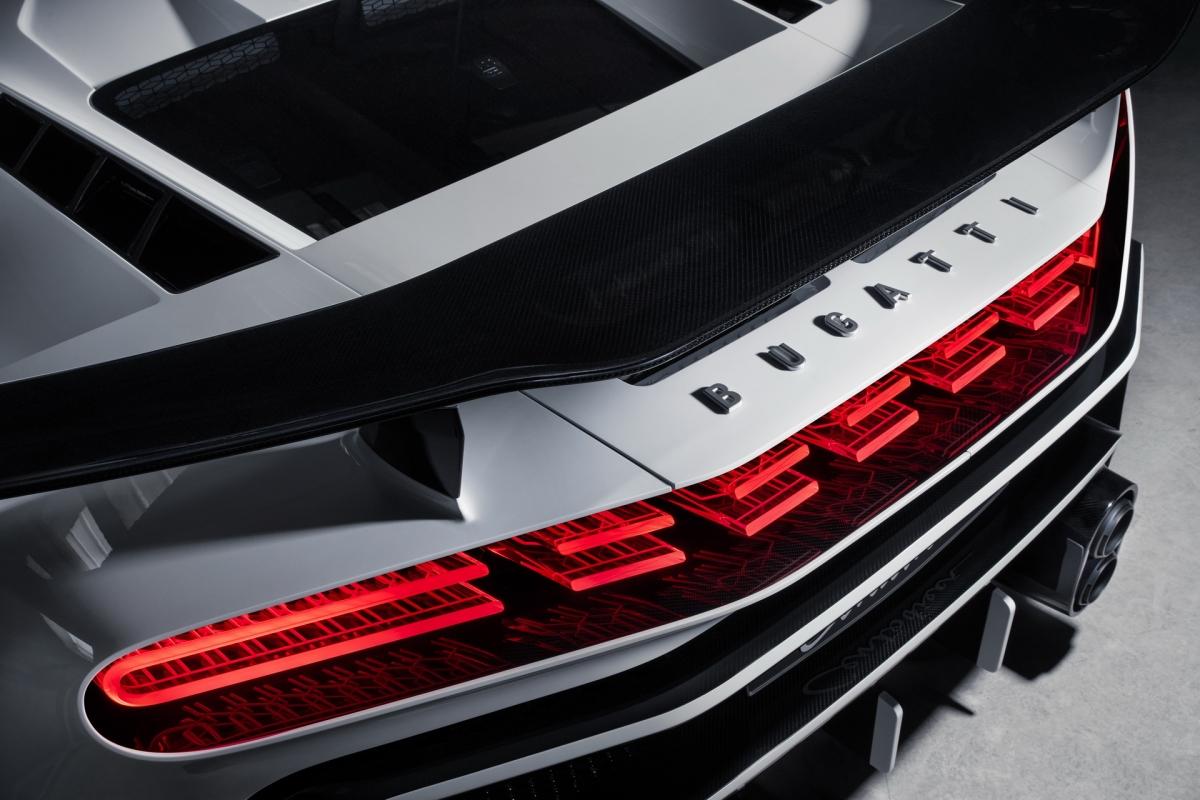 Phía trên, cánh gió lớn cố định được làm hoàn toàn bằng sợi carbon thay thế cho cánh gió chủ động trước đây. Phần nắp động cơ của xe cũng đã được Bugatti thiết kế mới.