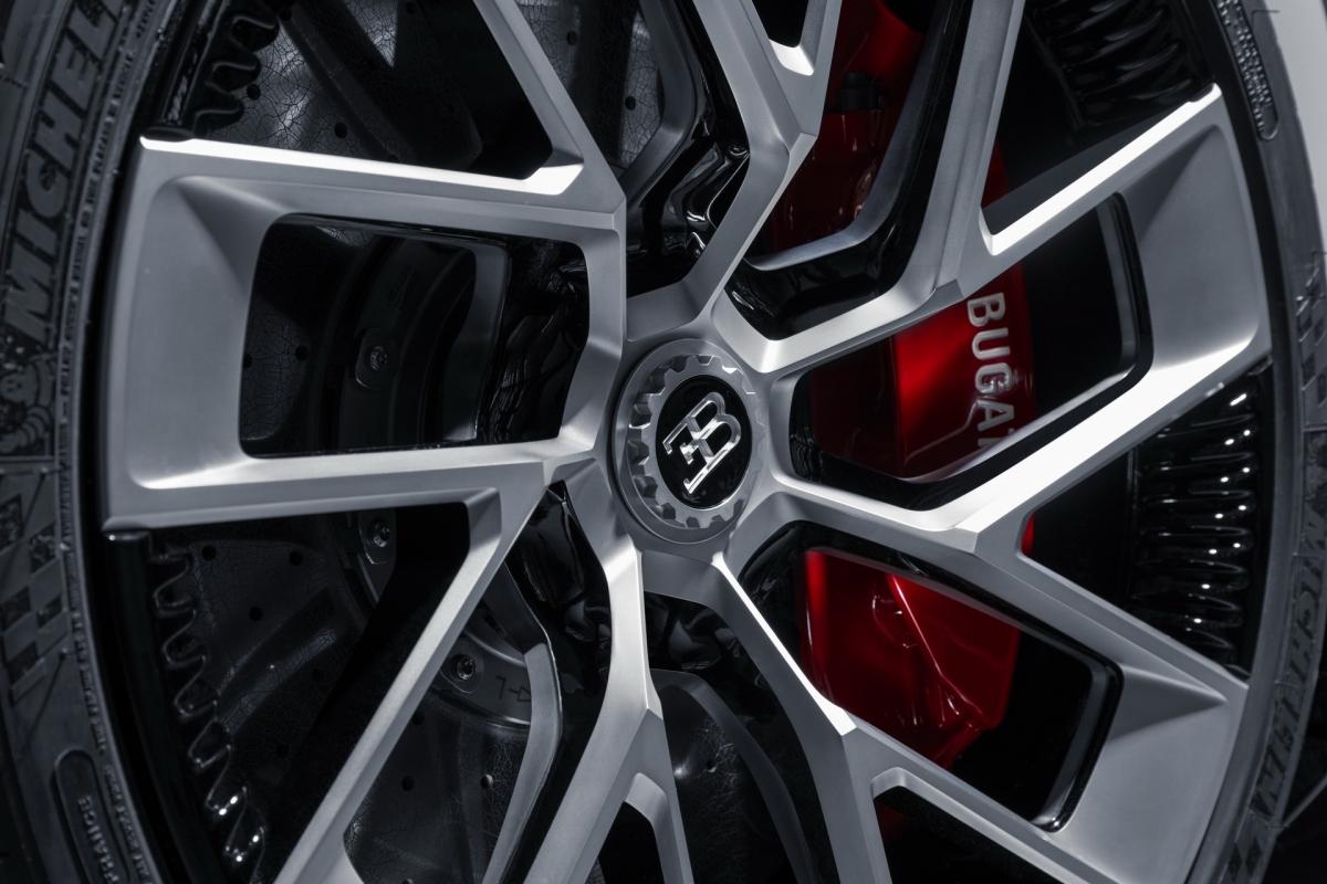 """Cột A được thiết kế đứng và vuông vức hơn so với Chiron. Sau cửa, xe sở hữu phần hút gió với những lỗ tròn như trên Bugatti EB 110 SS. Ở đuôi xe, Bugatti mang đến phần cản sau với khuếch tán gió lấy cảm hứng từ """"chiếc xe đắt nhất thế giới"""" La Voiture Noire, đèn hậu được dạng LED được chia hai tầng."""