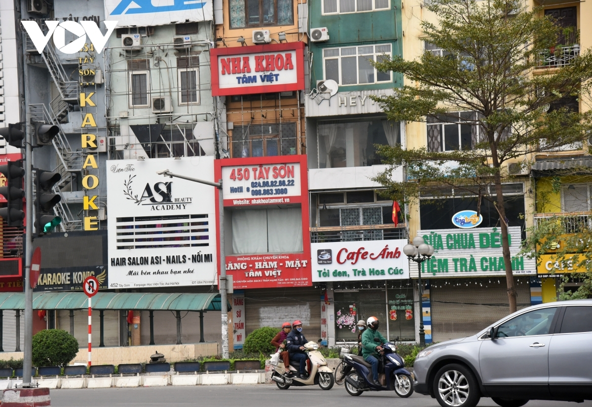 The morning of February 16 sees almost all cafes, iced tea, and street eateries throughout the capital abide by regulations implemented by Hanoi's authorities relating to closing their doors to curb the spread of COVID-19.