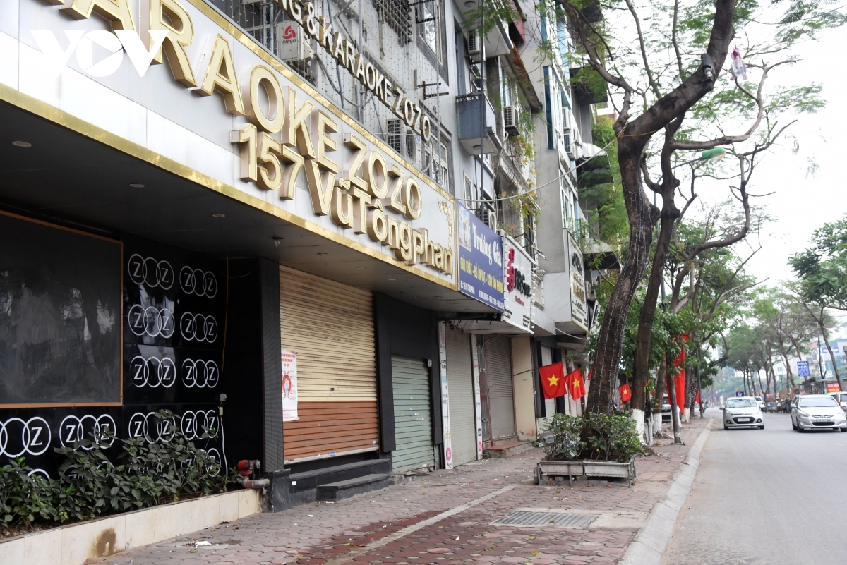 Plenty of restaurants and karaoke bars on Vu Tong Phan Street in Thanh Xuan district close their doors or temporarily suspend operations