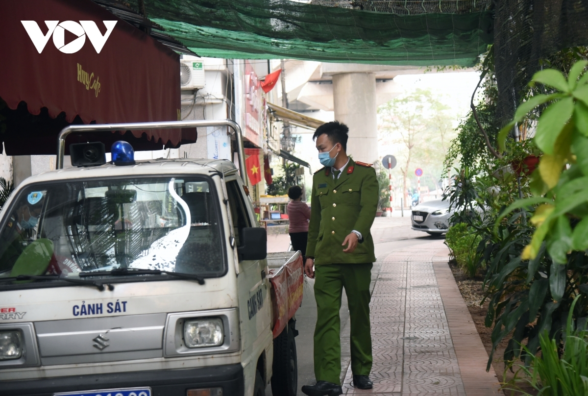 Relevant forces inspect cafes on Lang Street in Dong Da district on the first day of the closure issued by Hanoi's authorities