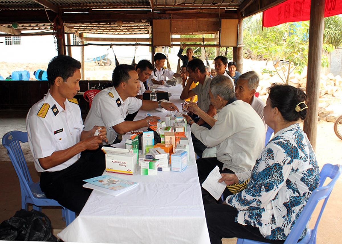 Các y bác sỹ Đội Điều trị 78 Vùng 5 Hải quân thăm khám chữa bệnh miễn phí cho người dân.
