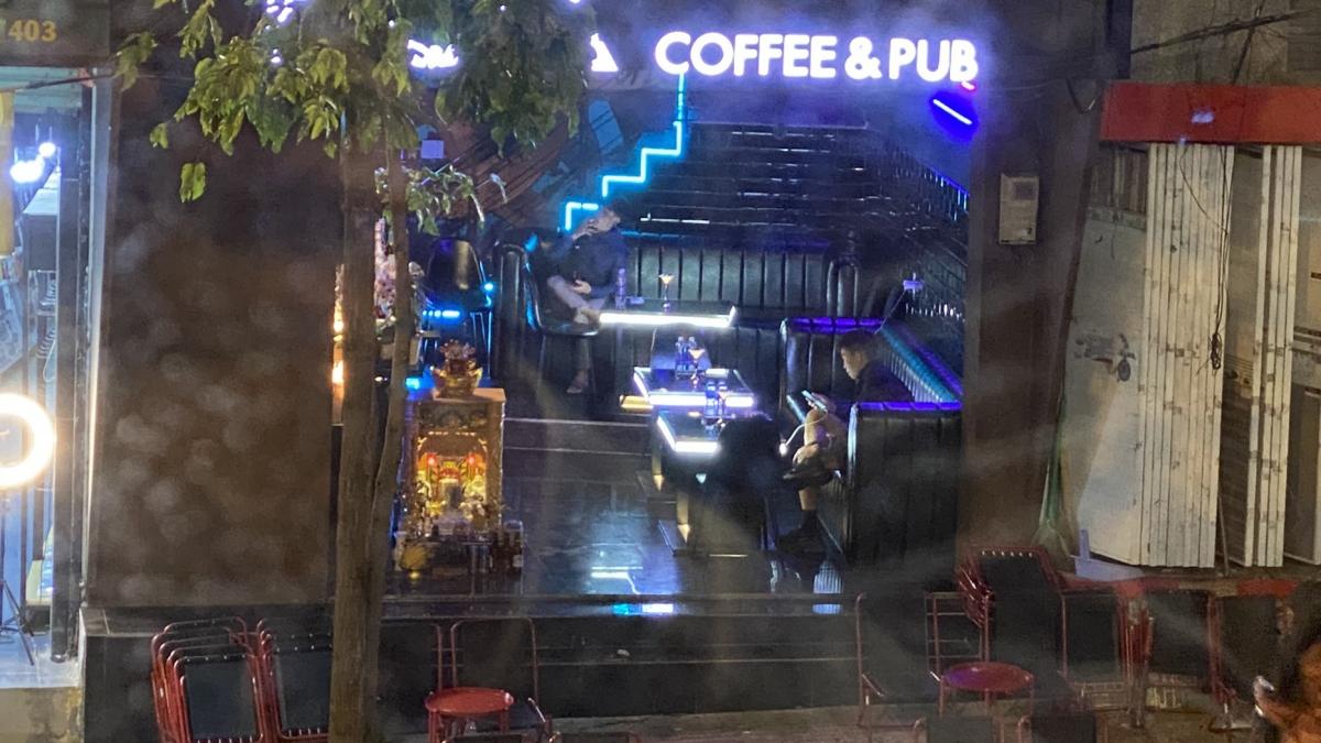 Cơ sở FOX Coffee & Pub vẫn hoạt động bình thường dù UBND tỉnh Đắk Lắk đã ra văn bản yêu cầu tạm dừng hoạt động các cơ sở kinh doanh dịch vụ karaoke, quán bar/pub, vũ trường từ ngày 5 đến ngày 25/2/2021