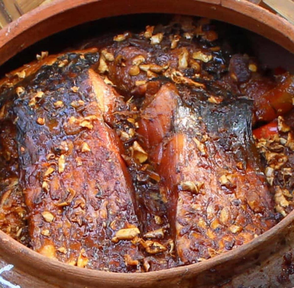 Cá kho thành phẩm phải đảm bảo nhừ hết xương, gia vị thấm đều, thịt cá chắc, thơm ngon và không còn nước./.