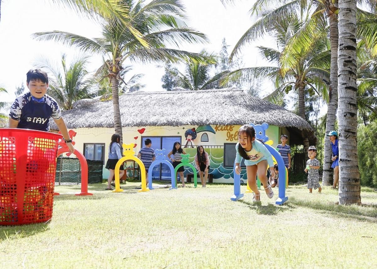 Tại Cam Ranh Riviera, du khách nhí vui chơi cả ngày không biết chán dưới sự hướng dẫn của hoạt náo viên.