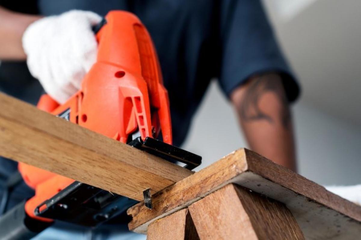 Công nhân xây dựng: Những người công nhân xây dựng thường phải tiếp xúc với ánh nắng mặt trời trong nhiều giờ đồng hồ, do đó họ có nguy cơ mắc ung thư da cao hơn. U trung biểu mô cũng là dạng ung thư dễ mắc ở công nhân xây dựng, do phải tiếp xúc với khói bụi công trường.