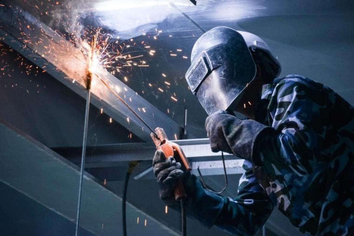 Công nhân tái chế: Công việc tái chế đòi hỏi người công nhân phải tiếp xúc với kim loại nặng. Nhiễm độc do thường xuyên tiếp xúc với kim loại nặng có thể gây ung thư gan, phổi, thận và vòm họng.