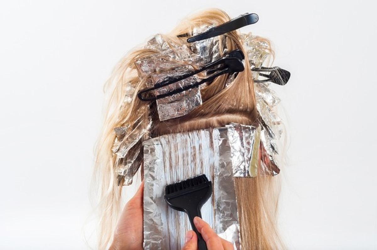 Nhà tạo mẫu tóc: Những người làm công việc tạo mẫu tóc thường xuyên phải tiếp xúc với hóa chất có trong thuốc nhuộm, thuốc uốn, thuốc ép tóc. Về lâu dài, các hóa chất này có thể làm tăng nguy cơ mắc ung thư bàng quang, ung thư thanh quản và ung thư phổi.