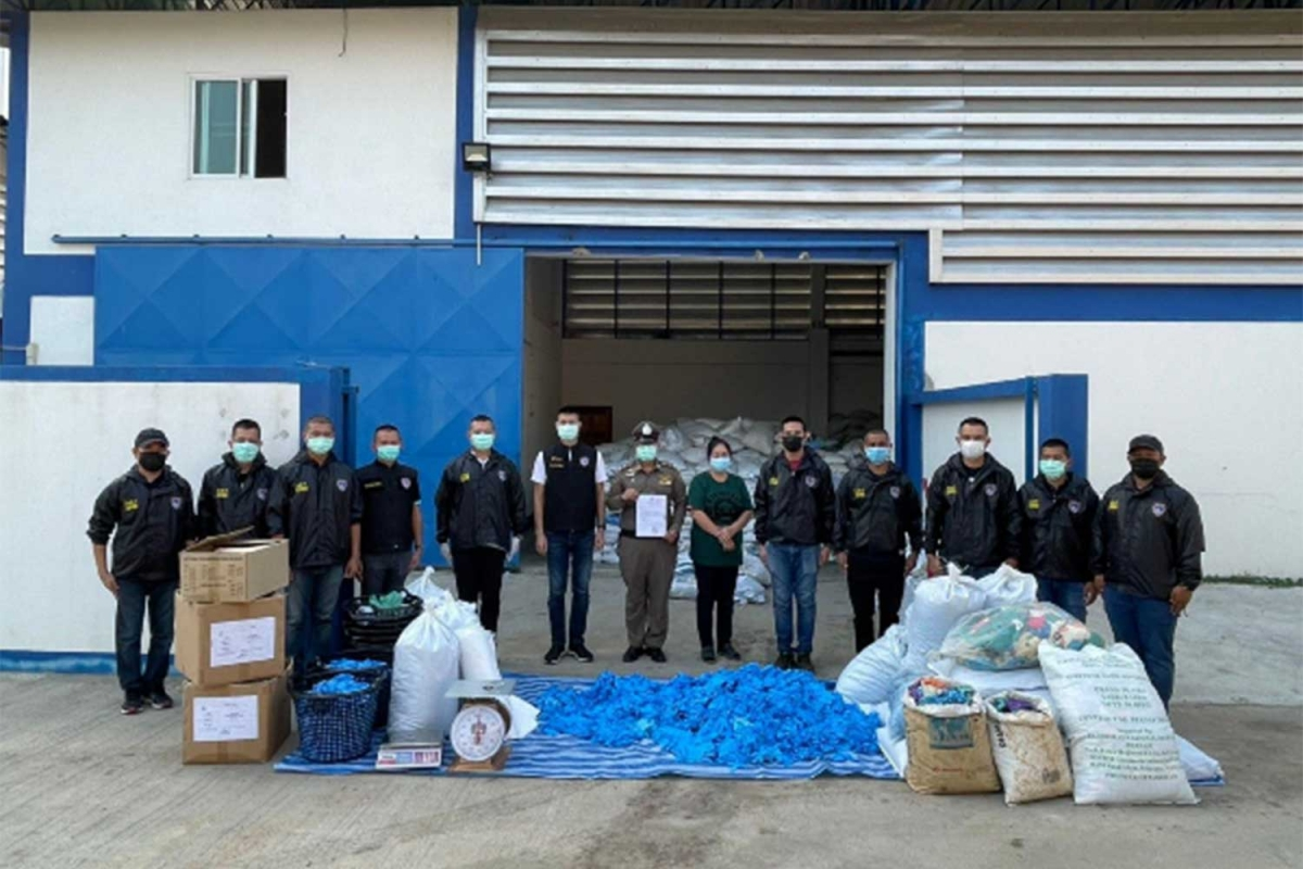 Cảnh sát Thái Lan thu giữ găng tay đã qua sử dụng. (Nguồn:Bangkok Post).