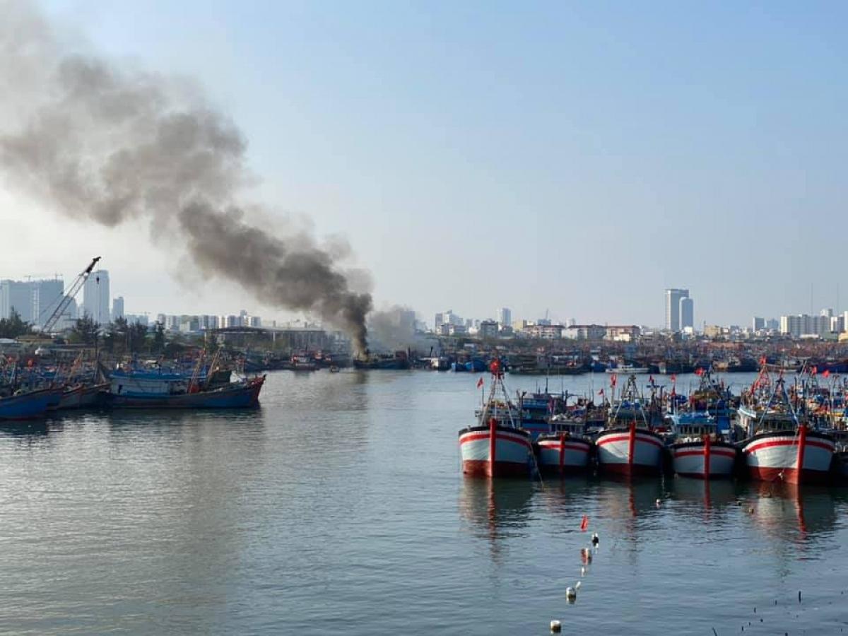 Lực lượng PCCC&CHCN Công an Đà Nẵng đang dập đám cháy tránh lan sang các tàu khác.