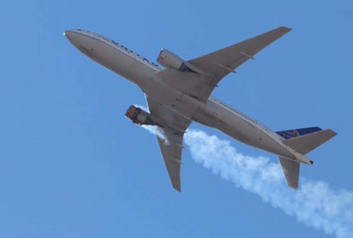 Hình ảnh chiếc Boeing 777-200 của hãng United Airlines bị cháy động cơ bên phải khi đang bay. Ảnh: EPA.