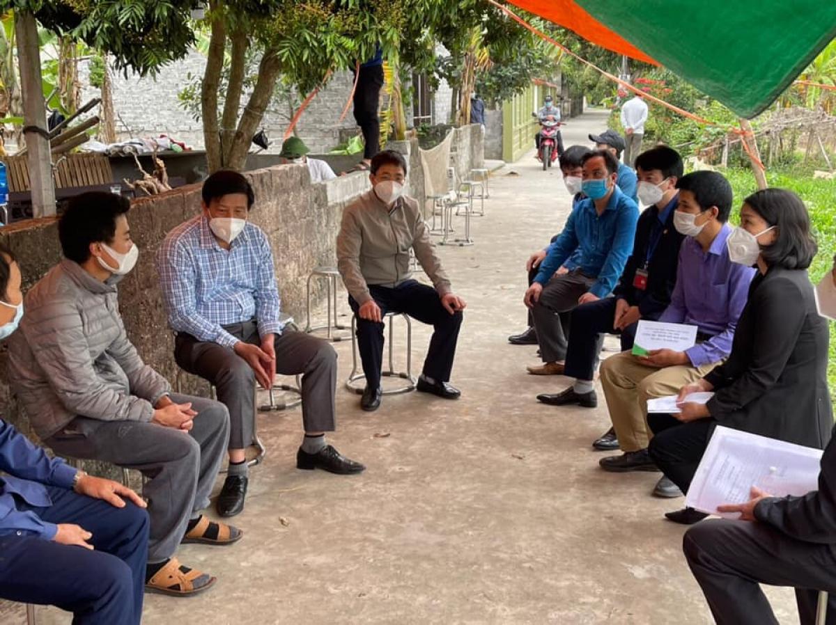 Chính quyền địa phương và các ban ngành chức năng tới thăm hỏi, chia sẻ của gia đình chị Tình.