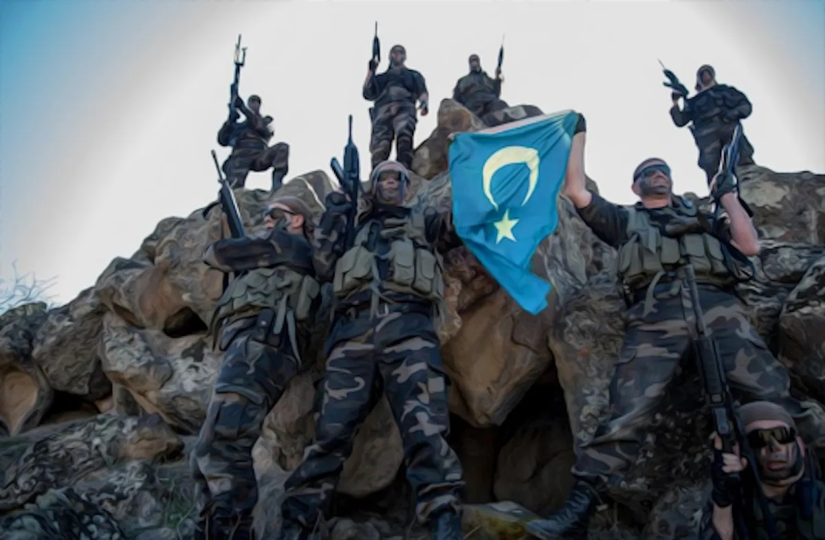 Chiến binh tộc Duy Ngô Nhĩ cầm cờ của họ. Người Duy Ngô Nhĩ đòi độc lập. Ảnh: Facebook.