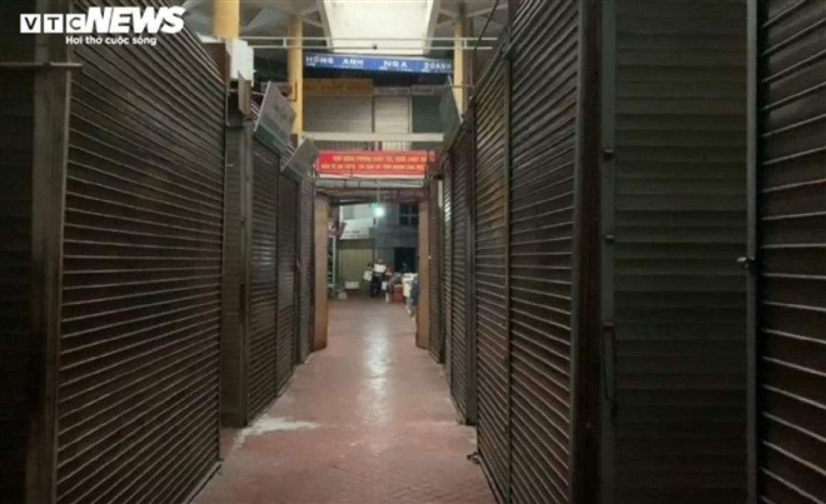 7h30 sáng 25/2, nhiều gian hàng ở chợ Hôm (quận Hai Bà Trưng) vắng vẻ, cửa đóng im lìm.