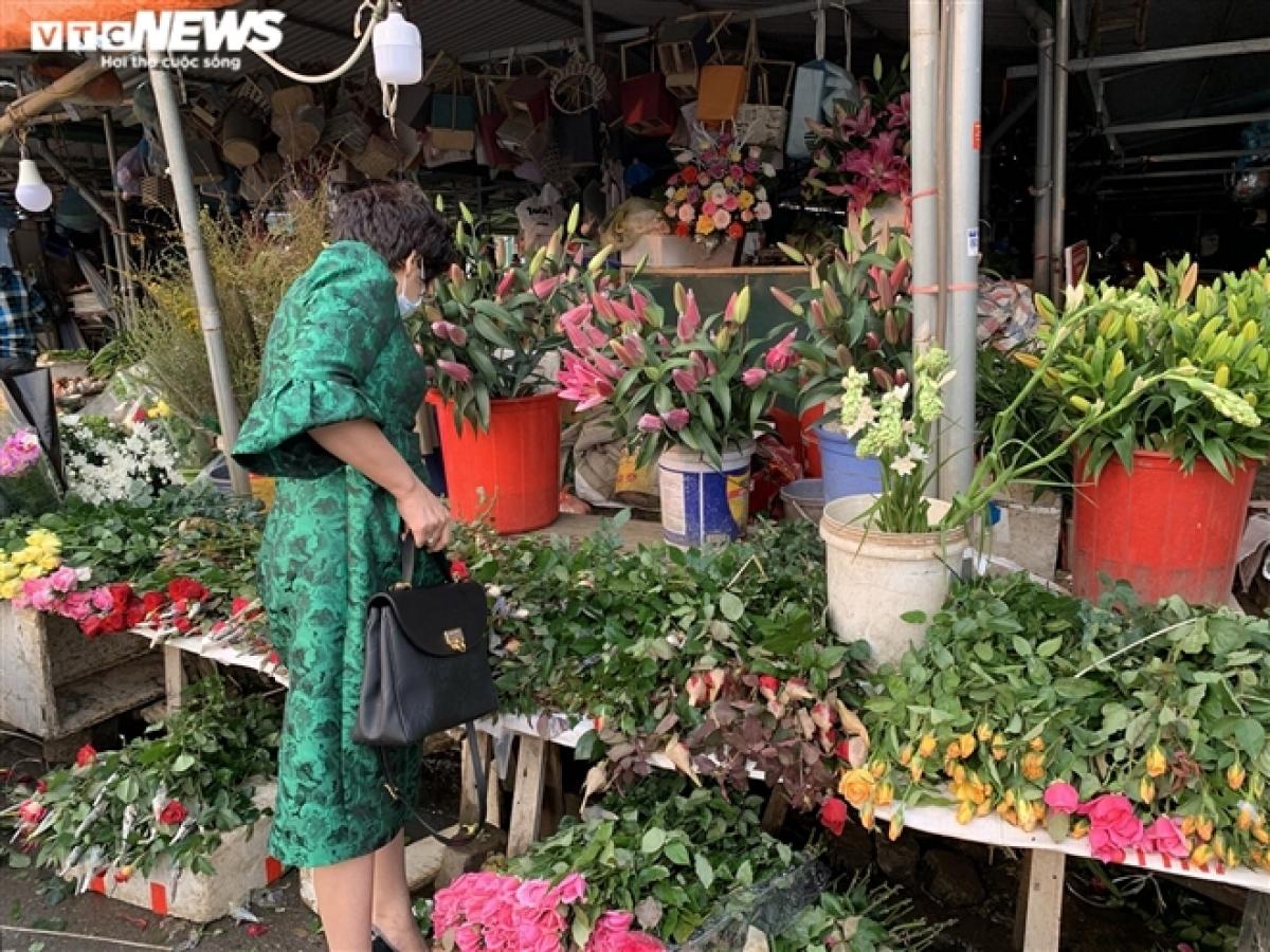 Theo ghi nhận, cửa hàng hoa là nơi tập trung đông khách nhất. Tuy nhiên, giá hoa rẻ hơn rất nhiều so với mọi năm. Nguyên nhân là nguồn cung dư thừa, tại nhiều cánh đồng hoa ở Hà Nội, nông dân thậm chí còn cắt bỏ hoa vì thương lái không thu mua.