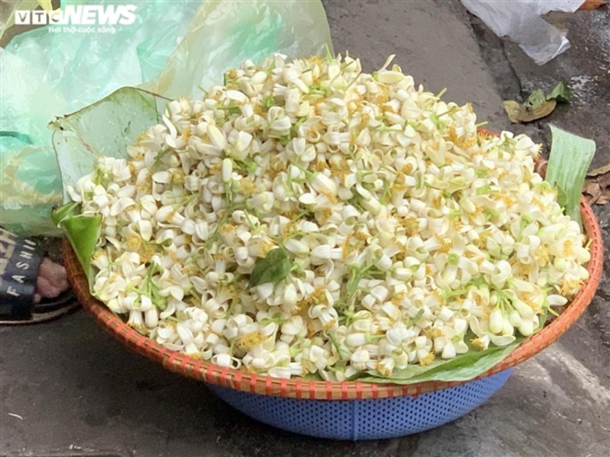 Còn đối với hoa bưởi rời, chúng được bán với giá 10.000 đồng/lạng.