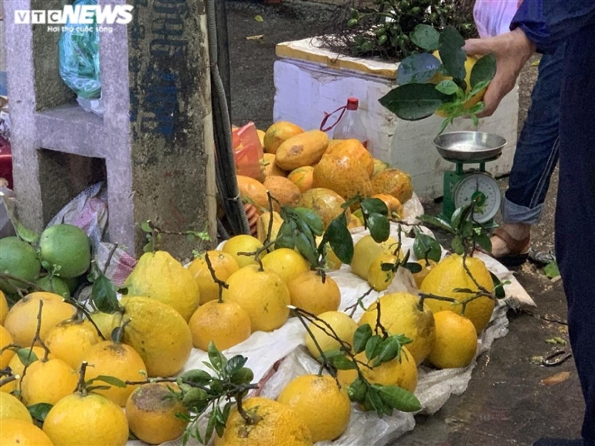 Bên cạnh hoa, những hàng bán quả tươi dùng bày mâm ngũ quả cũng tương đối thu hút khách. Bưởi thờ có giá dao động từ 25.000 đồng - 45.000 đồng/quả.