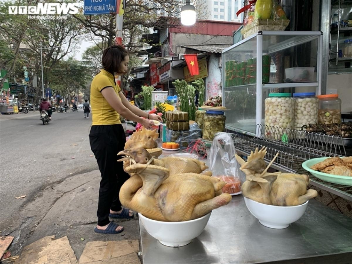 Sát ngày rằm tháng Giêng, do ảnh hưởng của COVID-19, không khí mua sắm tại nhiều chợ dân sinh lớn ở Hà Nội trầm lắng, vắng vẻ khác hẳn mọi năm.