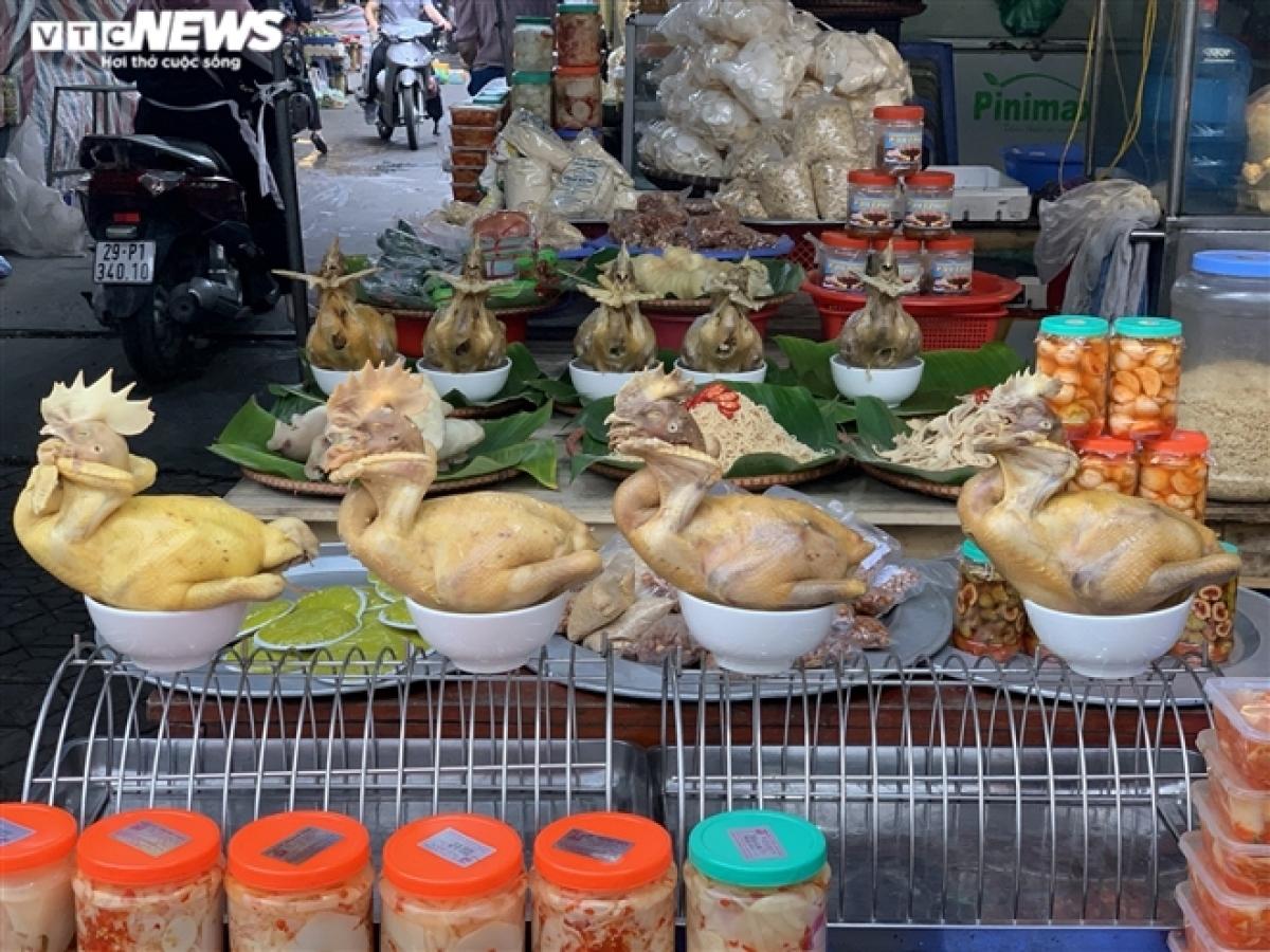 Tại chợ Nghĩa Tân (quận Cầu Giấy), đồ cúng rằm đã được tiểu thương bày biện đẹp mắt nhưng rất ít người hỏi mua.