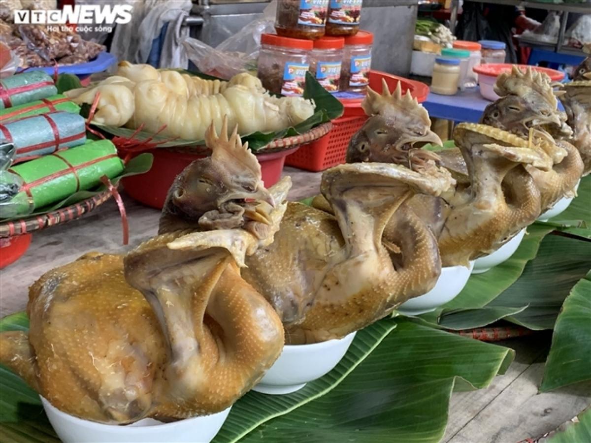"""Giá đồ cúng đã hạ """"nhiệt"""" so với dịp Tết Nguyên đán, nhưng vẫn không hút khách. Hiện gà cúng có giá khoảng 220.000 đồng/kg, bánh chưng giá khoảng 45.000 đồng/chiếc."""