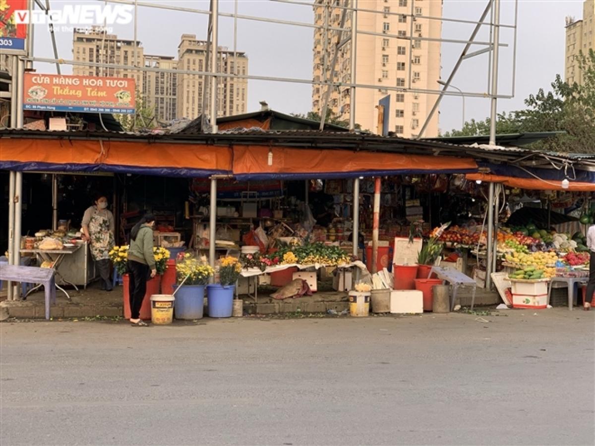 """Không khí đìu hiu tại chợ Nam Trung Yên (quận Cầu Giấy). Nhiều người bán ở đây cho biết, mọi năm ngay sau Tết, đặc biệt là dịp rằm tháng Giêng, khách mua đồ lễ rất đông. Vì tháng giêng vẫn được coi là """"tháng ăn chơi"""", mọi người thường có nhu cầu sắm lễ đi du xuân, vãn cảnh chùa hay tham gia các lễ hội. Nhưng hiện do ảnh hưởng của COVID-19, các ngôi chùa, đền tại Hà Nội đóng cửa theo quyết định của lãnh đạo TP Hà Nội để phòng chống dịch. Chính vì vậy mà lượng cầu giảm sút mạnh, thị trường đồ lễ ảm đạm trong dịp đầu năm."""