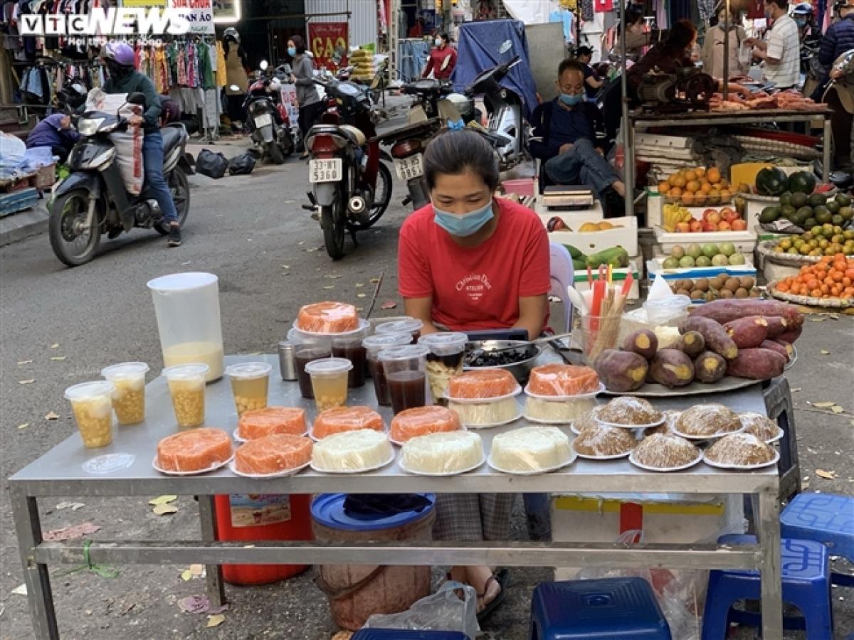 Sáng 25/2 (tức 14 tháng Giêng Âm lịch), tình trạng vắng vẻ cũng diễn ra tại chợ Hà Cầu (quận Hà Đông).