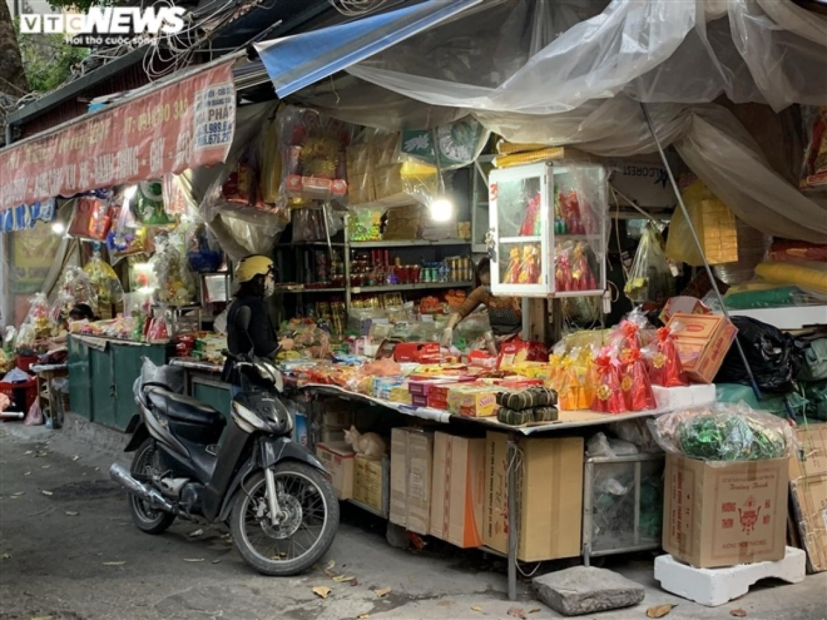 Cả gian hàng lớn bán đồ thờ cúng tại chợ Hà Đông chỉ có một vị khách ghé thăm.