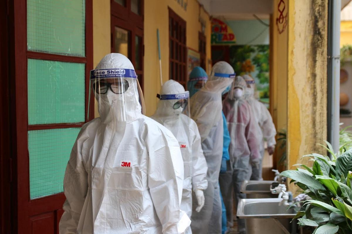 Hai nhóm được ưu tiên tiêm vaccine đầu tiên là nhân viên y tế và nhân viên tham gia chống dịch. (Ảnh minh họa: Bộ Y tế)