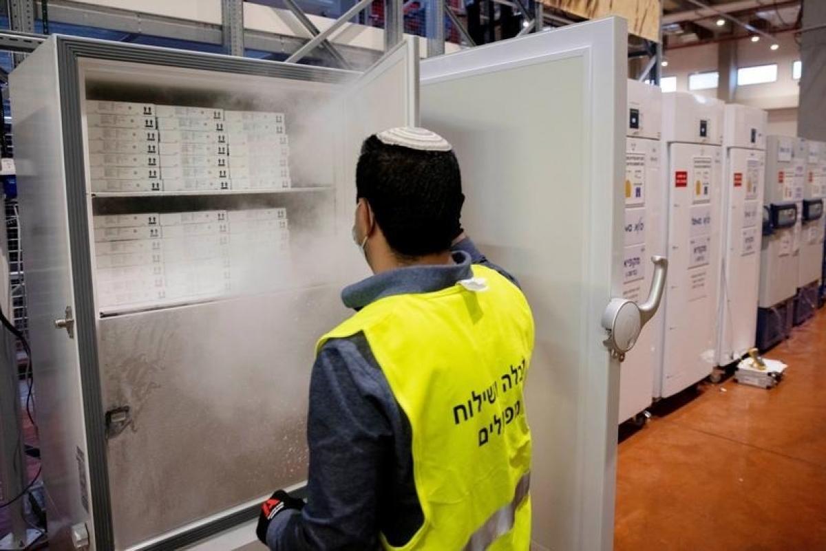 Nhân viên mở tủ chứa vaccine Pfizer/BioNTech tại Israel hồi tháng 1. Ảnh:Reuters