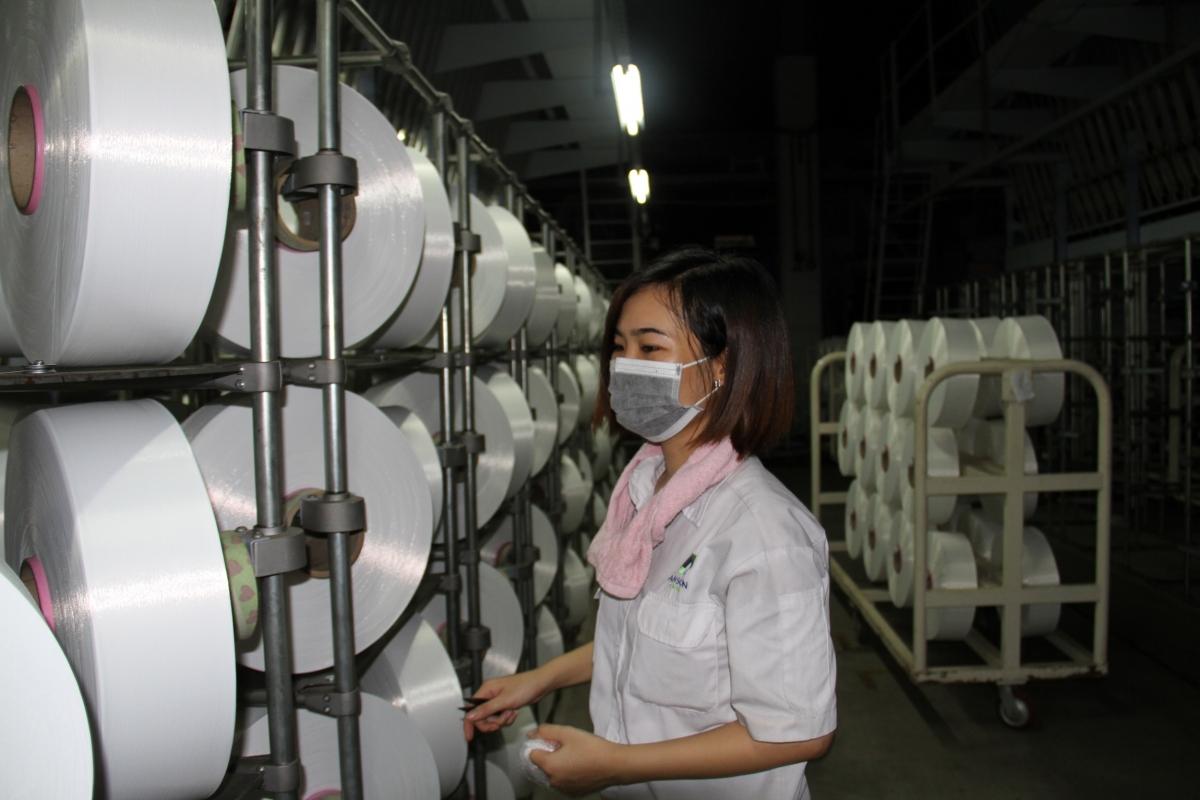Công nhân kiểm tra chất lượng sợi trước khi đưa vào sản xuất