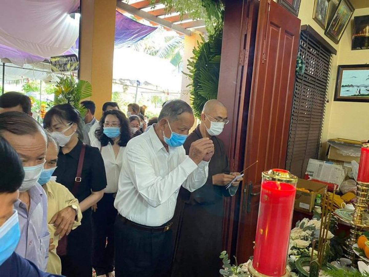 Người dân địa phương đến viếng tại nhà riêng của nguyên Phó Thủ tướng Trương Vĩnh Trọng chiều ngày 19/2.