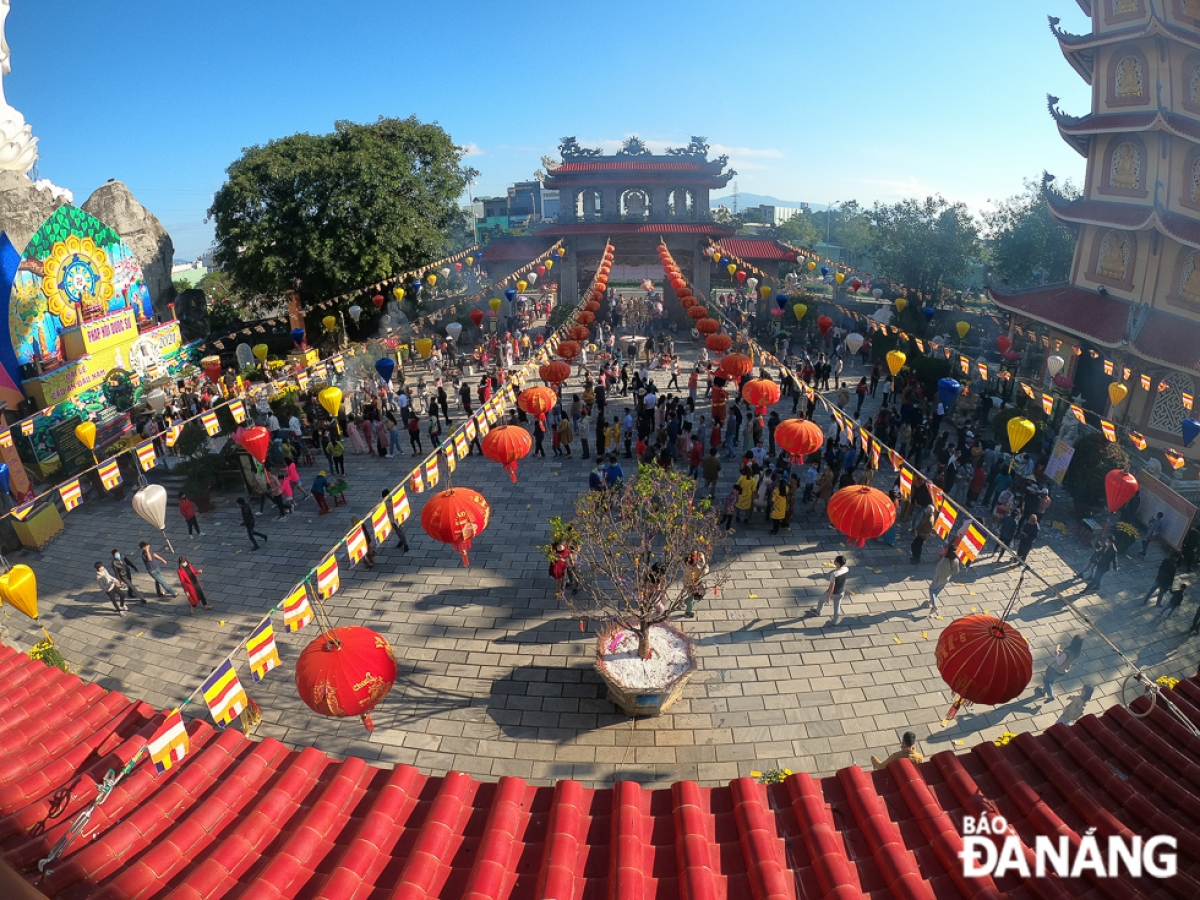 Thousands of pilgrims and tourists also pay a visit to pagodas throughout the city at the beginning of the Year of the Buffalo, with people wishing for peace, good weather, happiness, and prosperity in the year ahead. (Photo: baodanang.vn)