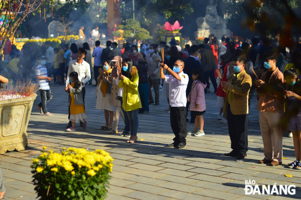 Every devotee wears a face mask and tries to maintain the recommended distance between other worshippers. (Photo: baodanang.vn)