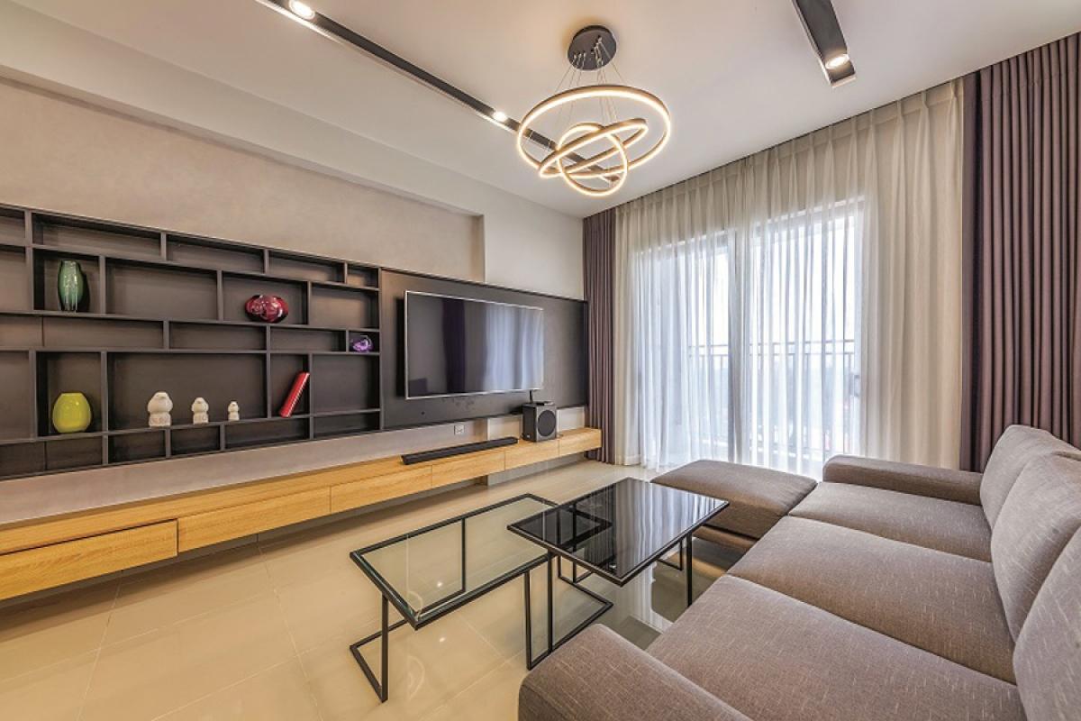 Từ yêu cầu đó, thiết kế đã đi đến sự đơn giản, mạch lạc với những đường nét kỷ hà. Các đồ đạc, vật dụng nội thất được xếp đặt vừa đủ phục vụ nhu cầu cuộc sống. Trong không gian không có những trang trí rườm rà. Màu sắc chủ đạo là màu đen và trắng kết hợp với màu gỗ sáng của gỗ sồi.