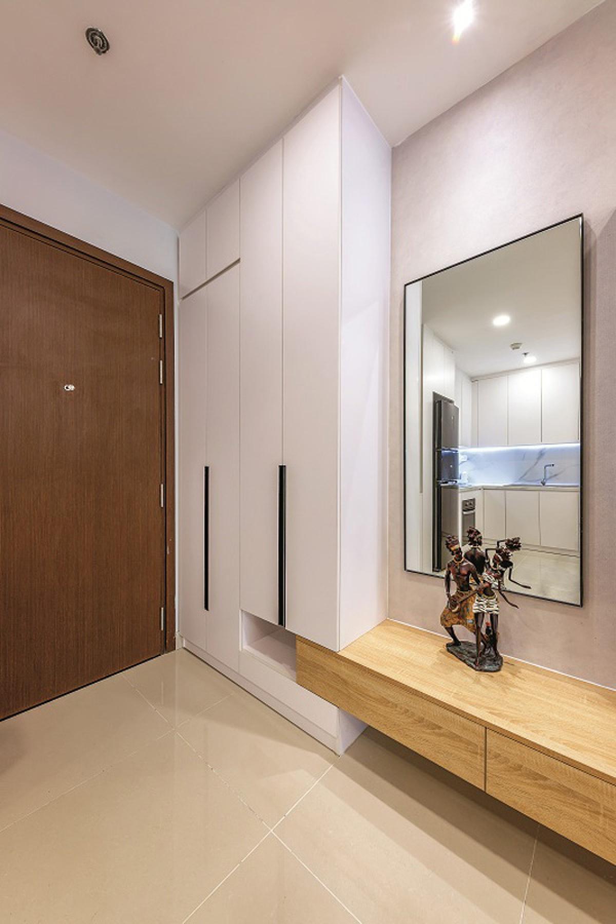 Tuy vậy, chi tiết đồ nội thất không hề đơn điệu mà vẫn có những hình khối và nhấn nhá khéo léo để tạo nên cá tính riêng. Đây là góc sảnh với tủ giầy và tấm gương.