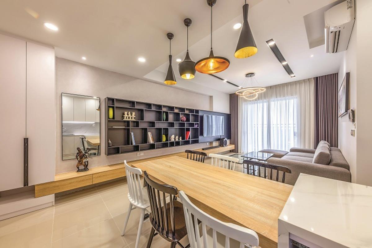 Phòng khách với bếp nấu, bàn ăn là một không gian liên thông thuận lợi cho sinh hoạt và tăng cường chiếu sáng cho khu bếp.