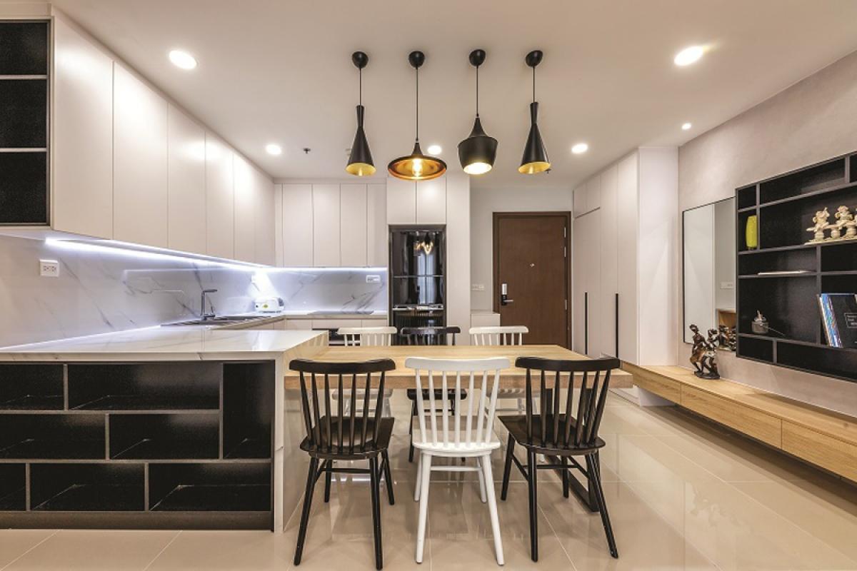 Đen trắng là màu chủ đạo ở mọi không gian. Khu bếp ở sát phía sảnh hành lang thiếu sáng tự nhiên, nên được đầu tư hệ thống chiếu sáng nhân tạo hiện đại và hiệu năng cao.