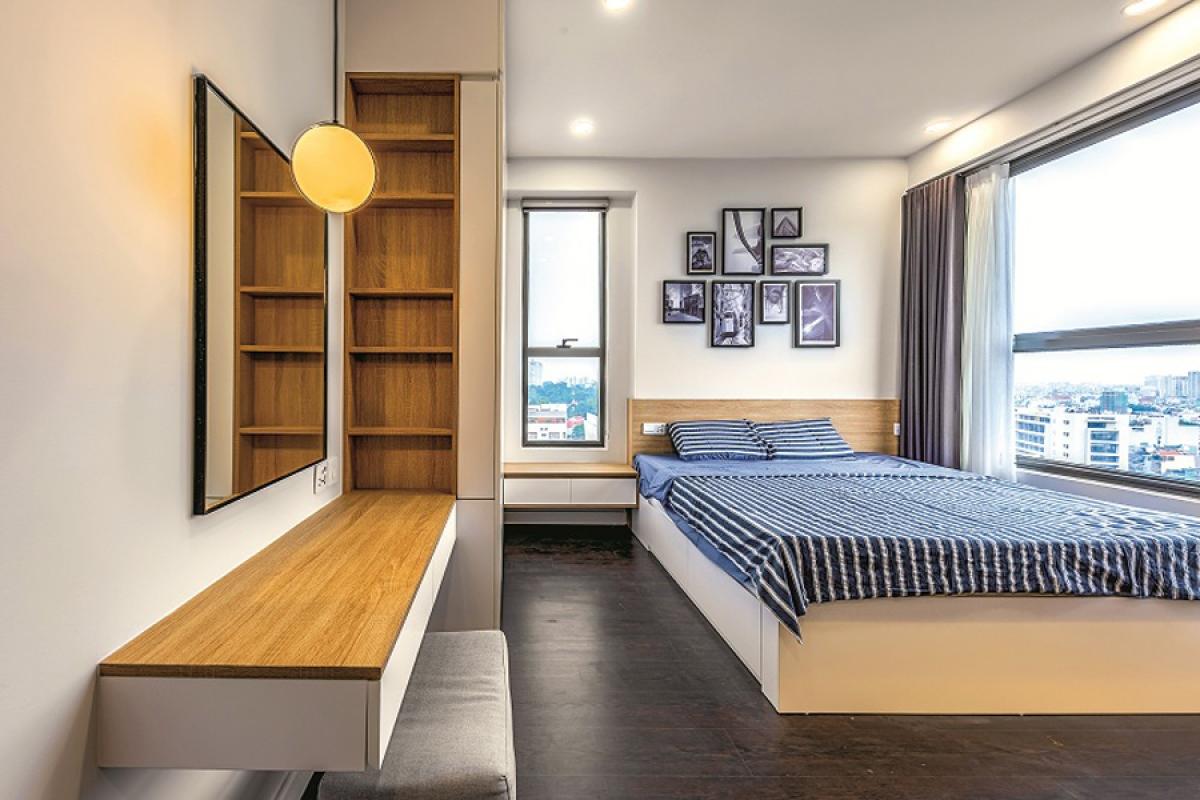 Phòng ngủ chính có ưu điểm nhiều ánh sáng tự nhiên với hai ô cửa sổ hai phía. Đồ nội thất được bố trí khoa học, hợp lý trên cơ sở mặt bằng có sẵn.