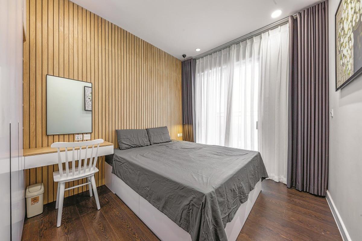 Một phòng ngủ khác được trang trí đầu giường bằng vách gỗ sồi đem lại cảm giác ấm áp.
